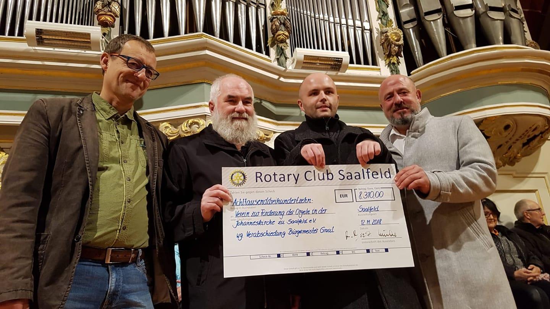 Spendenübergabe durch Rotary-Club